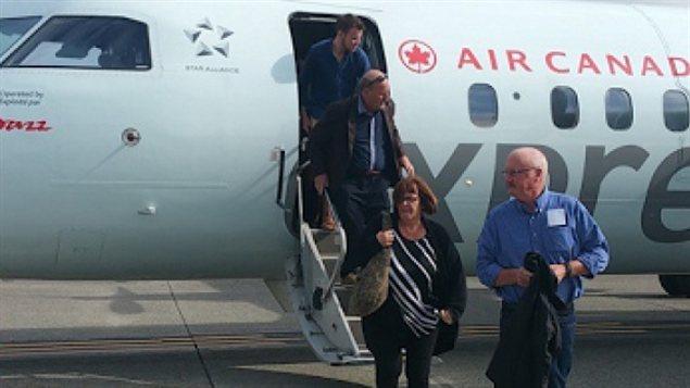 Les passagers en train de descendre de l'avion d'Air Canada qui a fait un atterrissage d'urgence à l'aéroport de Vancouver.