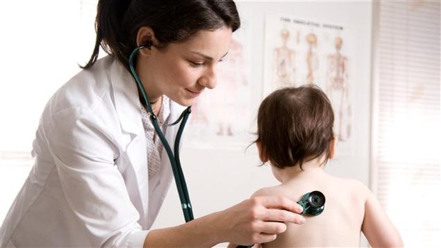 Un médecin de famille ausculte un enfant.