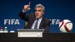 De hauts dirigeants de la FIFA arrêtés en Suisse et extradés aux États-Unis