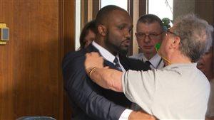 Un professeur venu manifesté a été expulsé du conseil des commissaires par deux agents de sécurité.