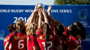 L'équipe canadienne féminine de rugby à sept qui a remporté sa première médaille d'or en Séries mondiales à Amsterdam