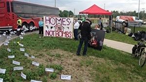 Les manifestants ont installé un cimetière symbolique à l'extérieur du Centre EY, où se déroule le salon CANSEC. (2015-05-27)