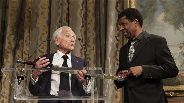 Jean d'Ormesson remet l'épée des académiciens à Dany Laferrière à la mairie de Paris, le 26 mai 2015.
