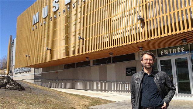 Jeannot Bourdages devant le Musée de la Gaspésie