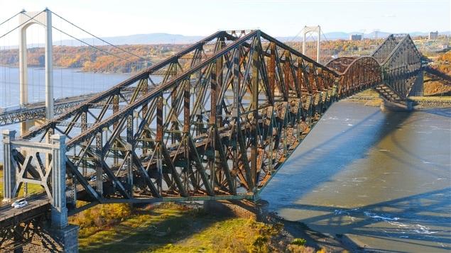Le Pont de Qu�bec parmi les sites les plus menac�s au Canada H�ritage Canada inscrit le Pont de Qu�bec � son palmar�s des sites les plus menac�s au pays. L�organisme estime que la combinaison de corrosion et des conditions m�t�orologiques extr�mes finira par compromettre les propri�t�s m�caniques et l'int�grit� du pont. Dinu Bumbaru est directeur des politiques � H�ritage Montr�al.