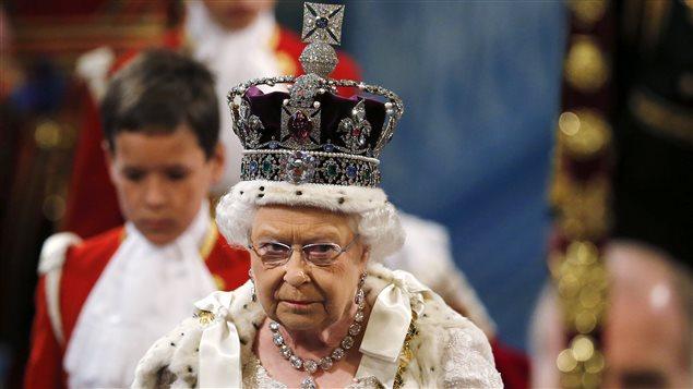La reine Élisabeth, se dirigeant vers le trône pour son discours.