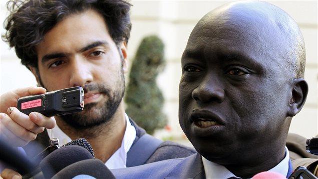 """الناطق باسم الجناح المعارض في """"الحركة الشعبية لتحرير السودان"""" حسين مار نيوت (إلى اليمين) متحدثاً إلى الصحافيين في أديس أبابا في 9 كانون الثاني (يناير) 2014 خلال المفاوضات مع حكومة جوبا"""