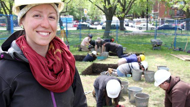 Laurence Bolduc, étudiante au doctorat en anthropologie à l'Université de Montréal, sur le site des fouilles