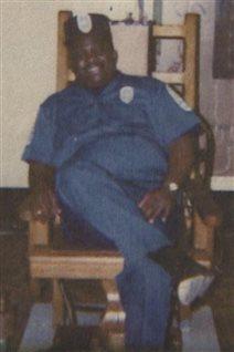 Jerry Givens, alors bourreau, assis dans la chaise du condamné
