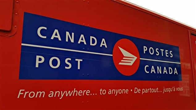 Un véhicule de Postes Canada, à Ottawa, avec le slogan « De partout... jusq'à vous » (archives)