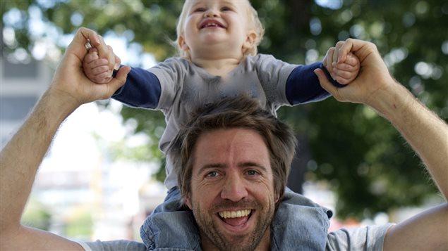 Un homme dans la trentaine avec son fils