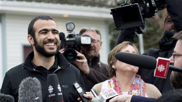 Omar Khadr parle aux médias après sa libération.