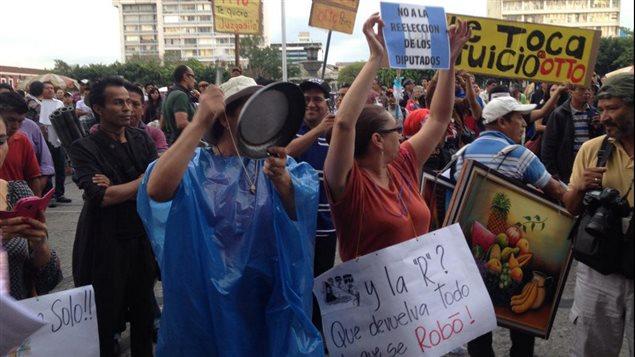 Les Guatémaltèques manifestent pour un 6e samedi contre la corruption et pr la démission d'Otto Perez, le 23 mai 2015, à Guatemala.