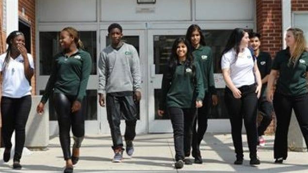 Des élèves de l'École secondaire Central Peel.