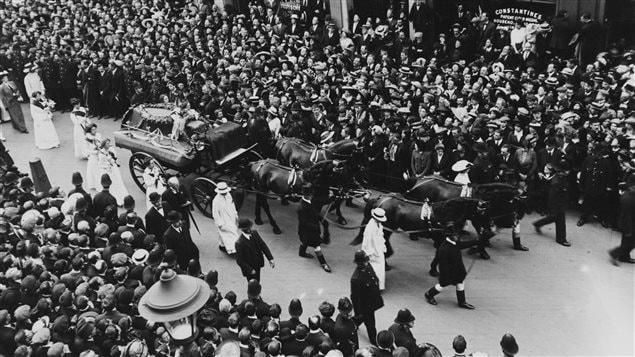 Procession dans Londres lors des funérailles d'Emily Davison, le 14 juin 1913