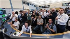 Au Centre de contrôle du CERN, l'équipe chargée de l'exploitation du LHC ainsi que la Direction du CERN acclament l'annonce de faisceaux stables, ce matin à 10 h 40
