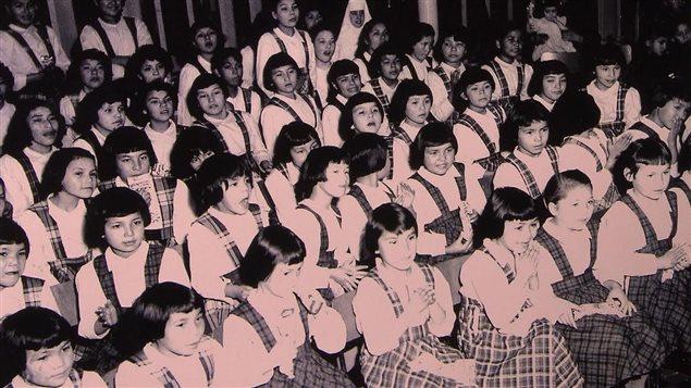 Des enfants dans un pensionnat autochtone