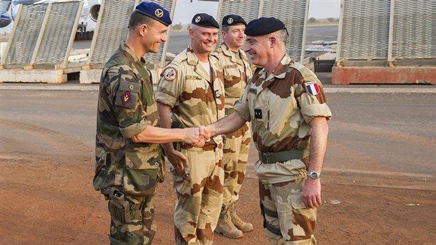 Le général Bernard Barrera serre des mains lors de l'opération Serval au Mali en 2013.