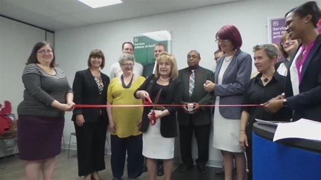 La coupe de ruban symbolique marque l'inauguration des nouveaux locaux du Centre francophone de Toronto.