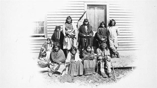 Bibliothèque et Archives Canada espère que les Canadiens pourront les aider à identifier ces membres de la tribu Chippewa, près de la MR de Dufferin, au Manitoba