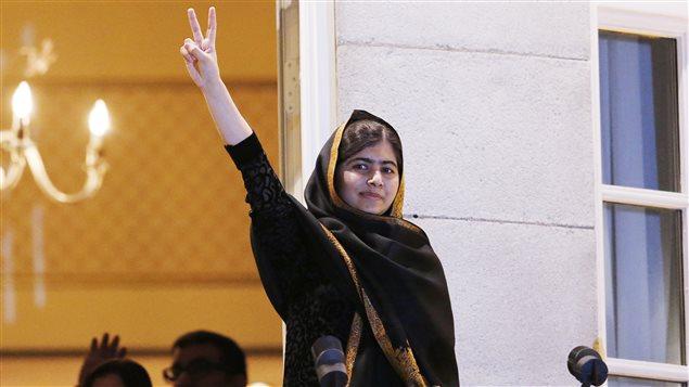 Malala Yousafzai, au balcon du Grand Hotel d'Oslo, le jour où elle a reçu le Prix Nobel de la Paix.