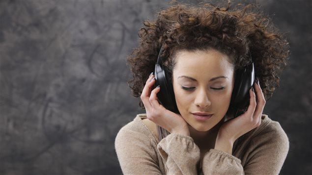 Une femme écoute de la musique