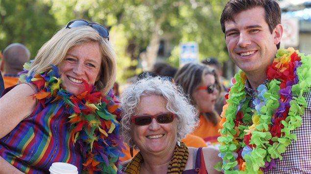 La première ministre de l'Alberta, Rachel Notley, pose avec la députée fédérale Linda Duncan et le maire Don Iveson, durant le 35e défilé de la fierté d'Edmonton, le 6 juin 2015.