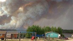La fumée s'élève d'un des feux de forêt près de la bande indienne de Lac La Ronge, le samedi 6 juin 2015.