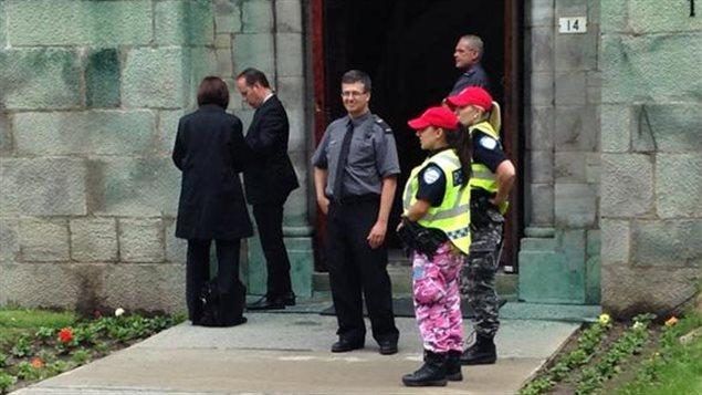 Les policiers chargés de la sécurité aux funérailles de Jacques Parizeau n'ont pas renoncé à aux vêtements de camouflage qu'ils portent en guide de moyen de pression.