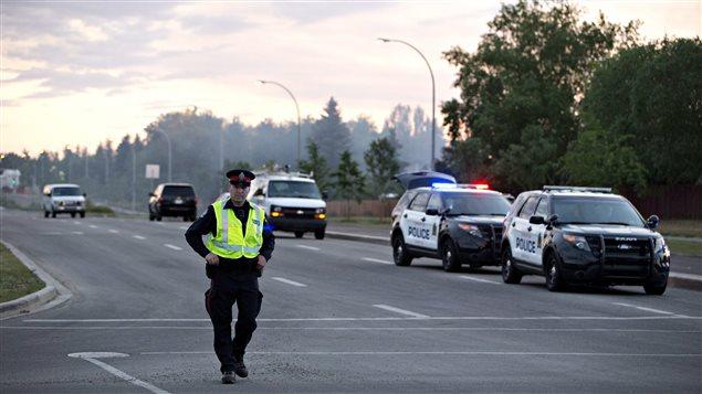 Plusieurs voitures de policiers sont sur place à Edmonton.