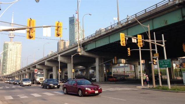 L'autoroute Gardiner à Toronto dessert le centre-ville.