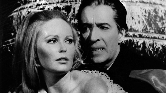 Veronica Carlson et Christopher Lee dans « Dracula has Risen from the Grave » (1968).