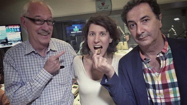 Le comédien François Morel (à droite) en compagnie de Guy Mignault et Marjorie Murphy.