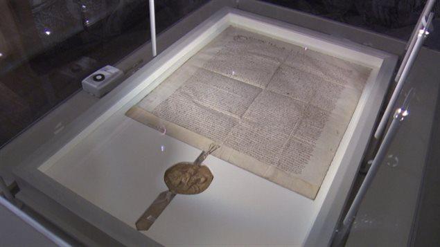 L'exemplaire de la Magna Carta de 1300, exposé au Musée canadien de l'histoire, à Gatineau.