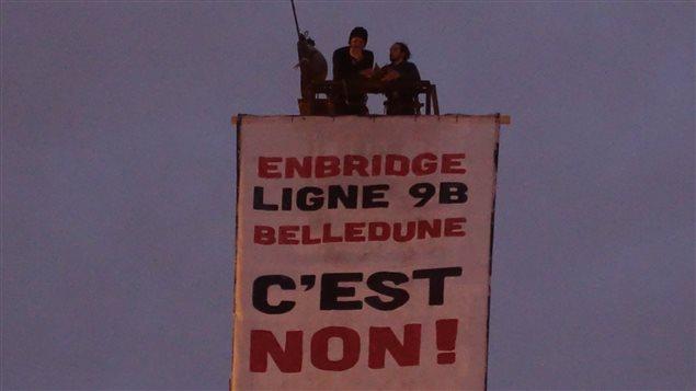 La banderole hissée dans l'est de Montréal