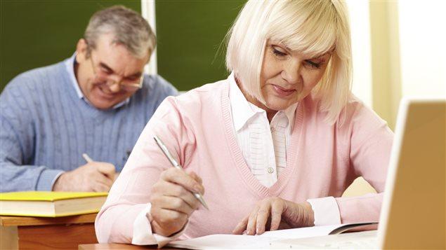 Des retraités assistent à un cours.