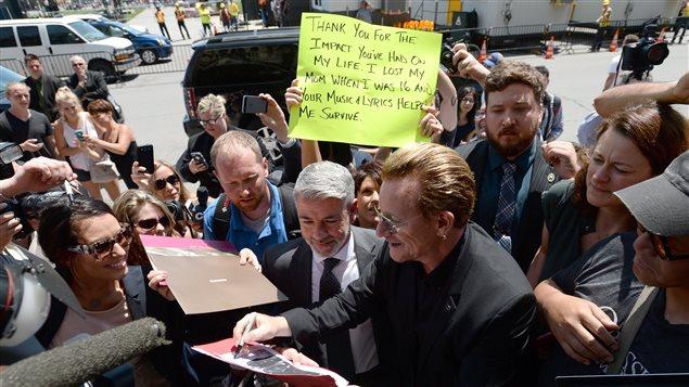 Bono du groupe U2 signe des autographes lors de son passage à Ottawa, le 15 juin 2015.