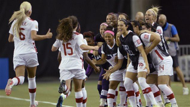 L'équipe du Canada célèbre le but d'Ashley Lawrence.