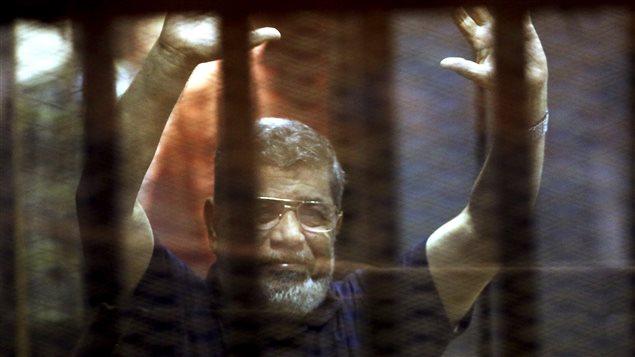 L'ancien président égyptien Mohamed Morsi lors de son passage en cour le 16 mai 2015.