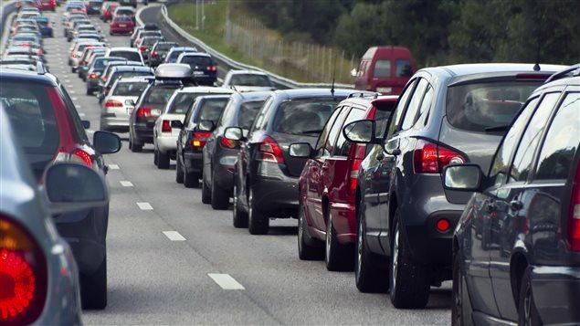 Des voitures avancent à pas de tortue sur une autoroute.