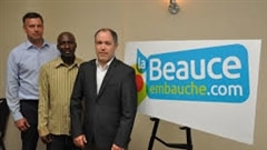 C'est l'opération petite séduction, ce matin, en Beauce. Les employeurs manquent tellement de main-d'oeuvre qu'ils remplissent un autobus d'immigrants en quête d'emplois de Montréal et les amènent en Beauce pour participer à des entretiens d'embauche.