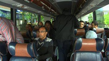 Des immigrants dans l'autobus qui les amènera en Beauce