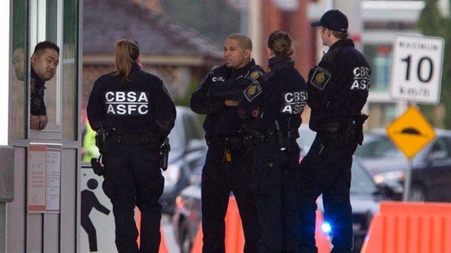Agentes de la Agencia de Servicios Fronterizos de Canadá.