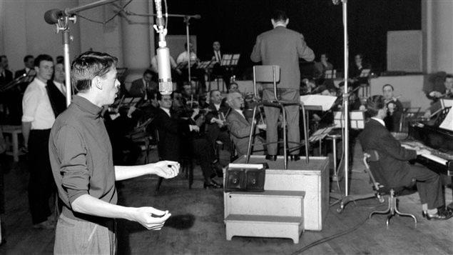 Jacques Brel et le pianiste Gérard Jouannest accompagné de l'Orchestre Lamoureux en studio à Paris en février 1961