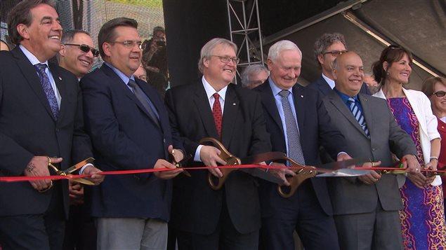 Plusieurs politiciens ont participé à l'inauguration officielle du nouveau CUSM en juin 2015.
