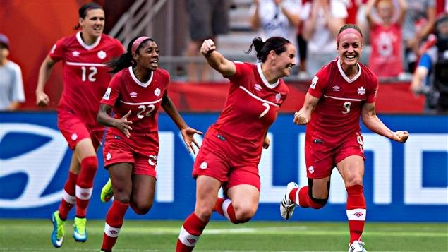 L'équipe canadienne célèbre le but de Josée Bélanger (9)