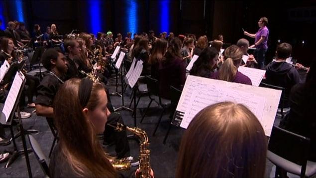 Des élèves de la DSFM en préparation pour un concert à la Salle du centenaire à Winnipeg.