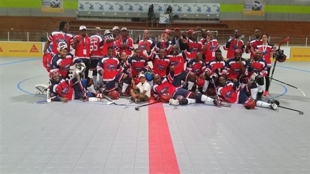 Georges Laraque (à gauche) avec l'équipe de l'Association hockey-balle Haïti (AHBH)