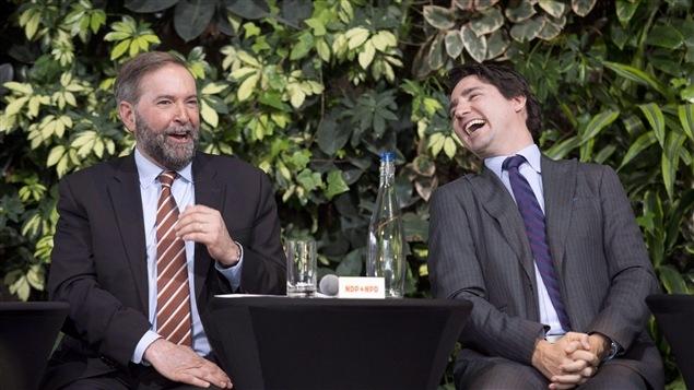 Thomas Mulcair et Justin Trudeau échangent quelques blagues lors d'une discussion sur le vote des jeunes, le 26 mars à Ottawa.