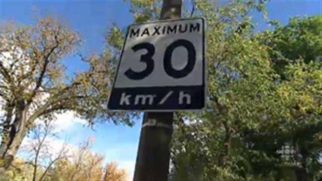 La limite de vitesse passera désromais à 30 km / h dans les secteurs résidentiels de Toronto et d'East York.